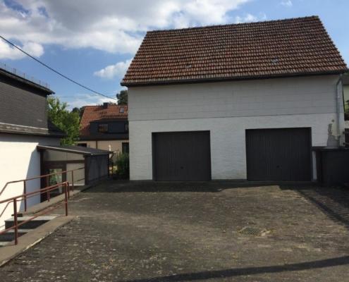 Hof mit Garage